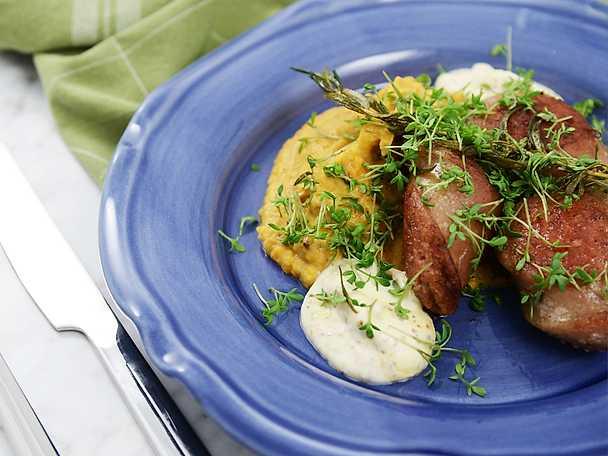 Kokt och stekt fläskkorv med senapskräm och pumpamos