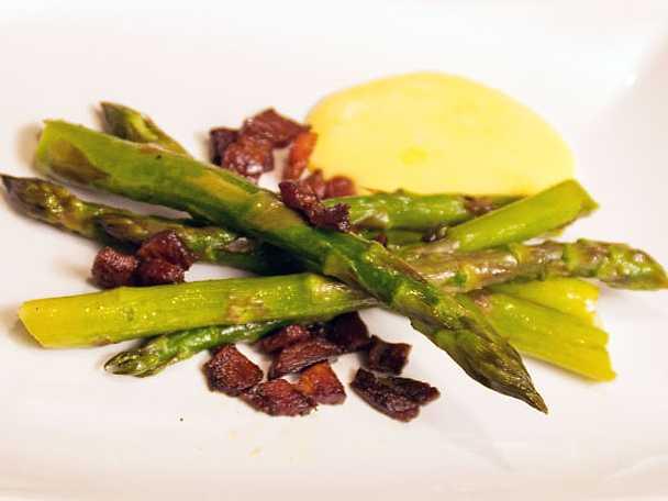Kokt sparris, hollandaise och knaperstekt sidfläsk