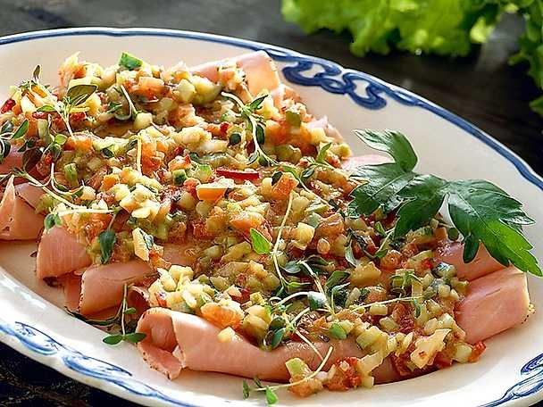 Kokt, tunnskivad skinka med grönsaksvinägrett