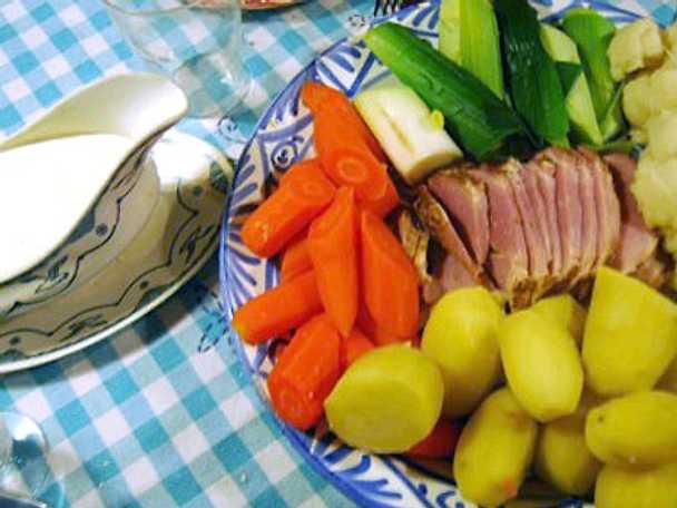 Kokta grönsaker med rökt skinka och bechamelsås
