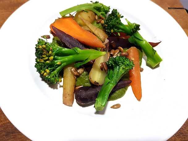 Kokta morötter, broccoli och rostade solrosfrön