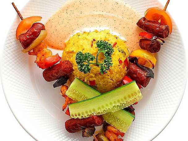 Korv- och räkspett med curryris och paprikasås