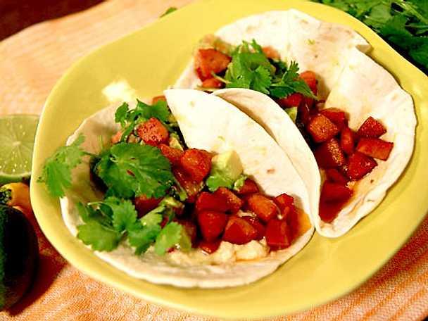 Korvtacos med avokadosalsa och bönkräm