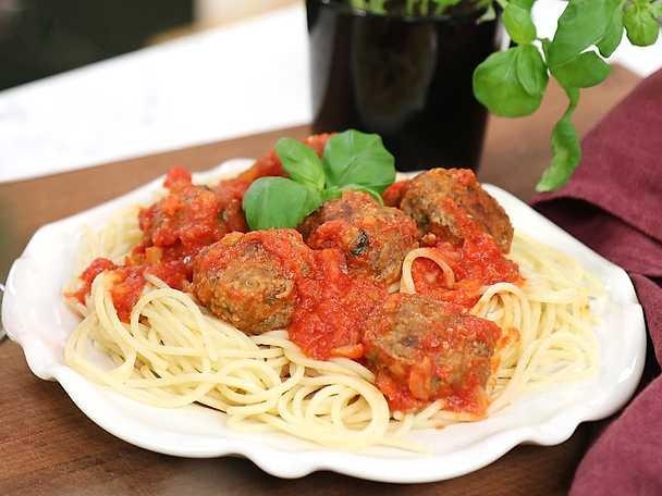 Köttbullar i tomatsås - Zeinas recept