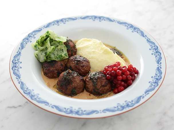 Köttbullar med potatismos och gräddig löksås