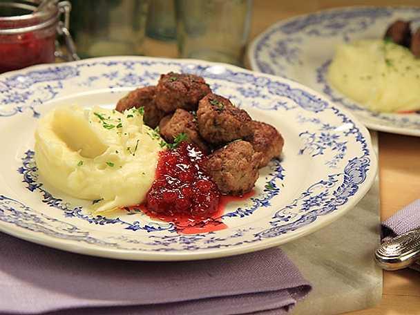 Köttbullar med potatismos och lingon
