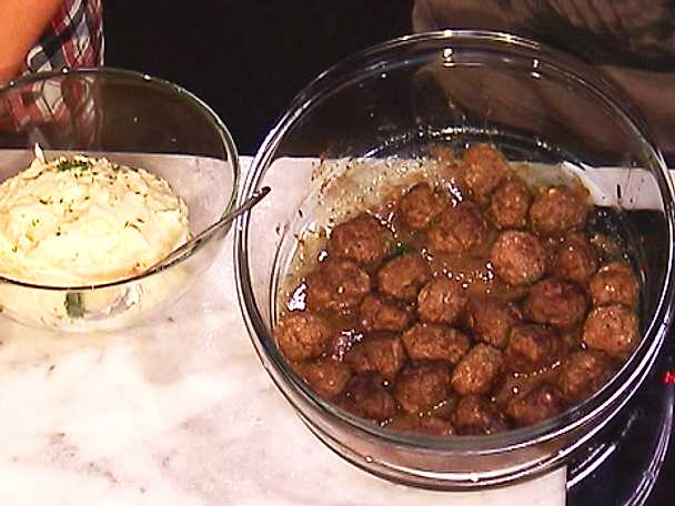 Köttbullar med potatispuré, pressgurka och rårörda lingon