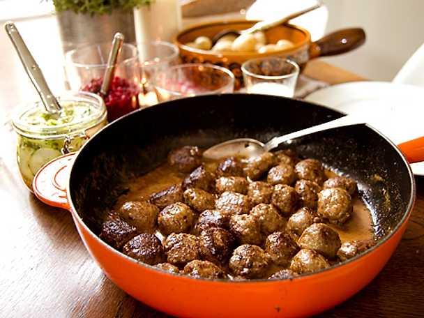 Köttbullar med pressgurka och färskpotatis