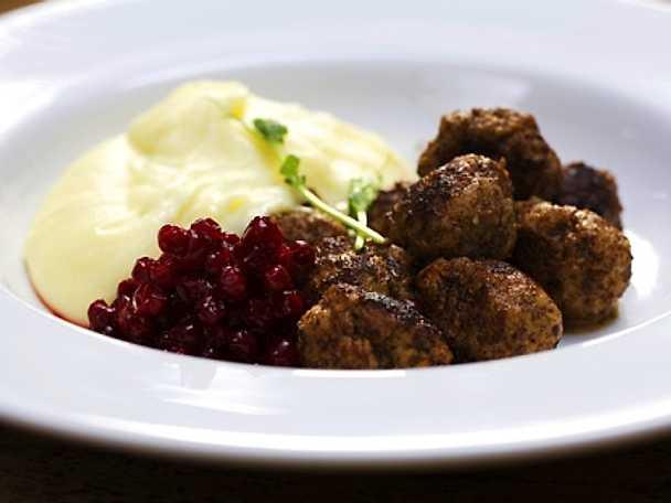 Köttbullar med rårörda lingon och potatismos