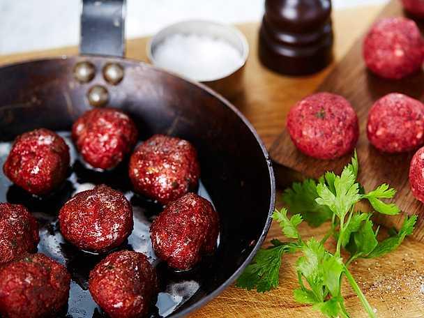 Köttbullar med rödbetor och västerbottensost