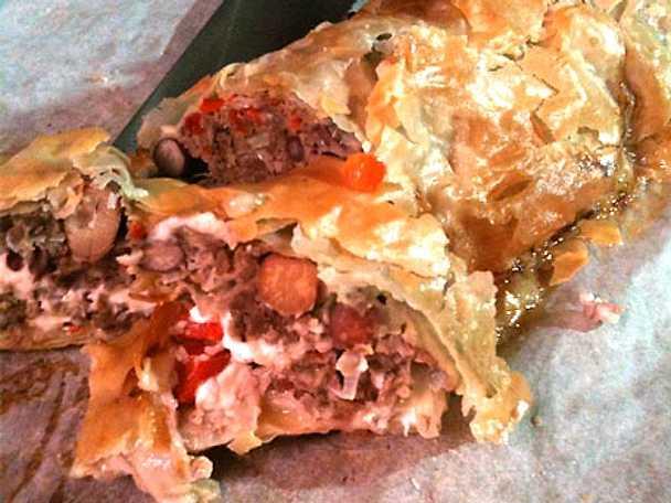 Köttfärs i filodeg med vitlök, paprika och fetaost