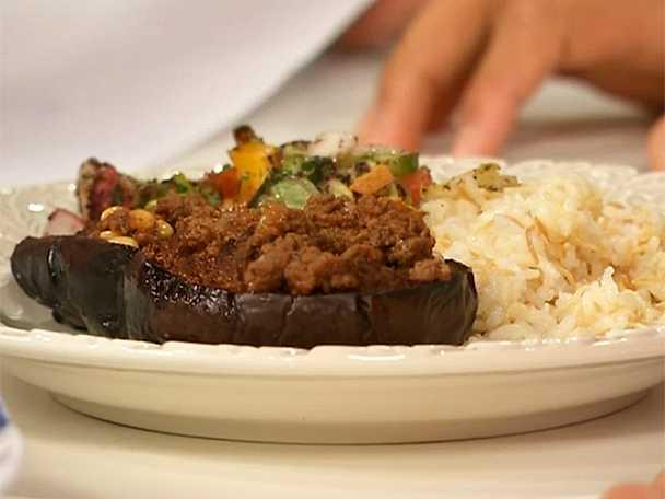 Köttfärsfyllda auberginer med ris och sallad