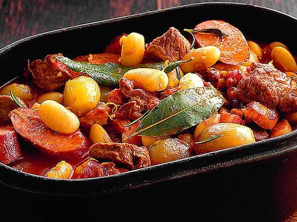 Köttgryta med bönor, korv och grönsaker
