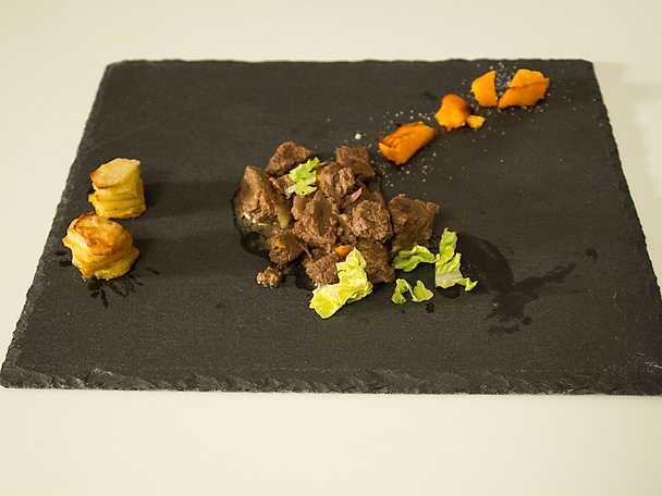 Köttgryta med myskoxe, serveras med bakad pumpa