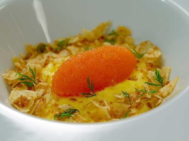Krämig äggröra med löjrom och chips