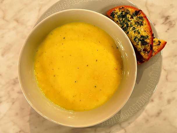 Krämig majssoppa med vitlöksbröd