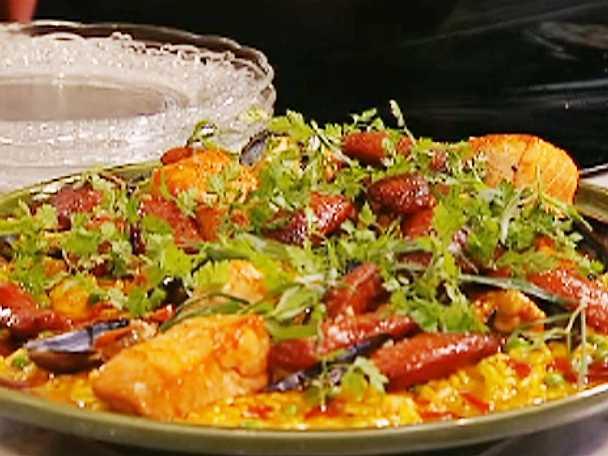 Krämig paella med chorizo, räkor och lax