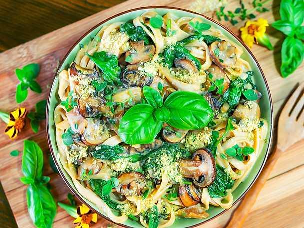 Krämig pasta med svamp, vitlök, örter och pumpaparmesan