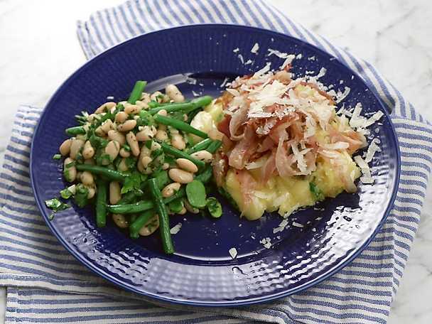Krämig polenta med parmesan och bönor