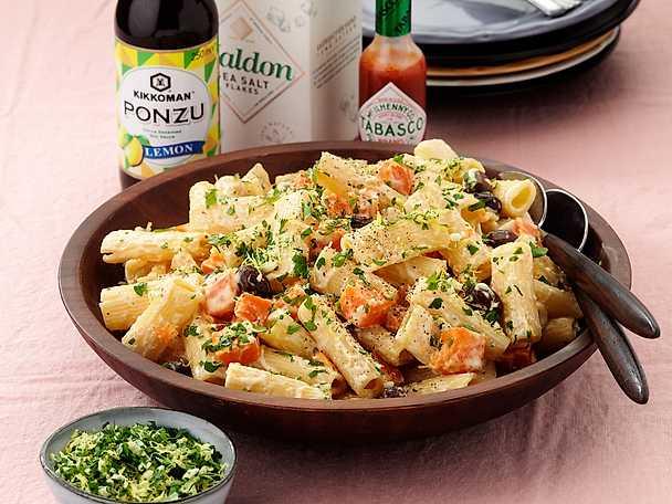 Krämig rigatonipasta med sötpotatis och oliver