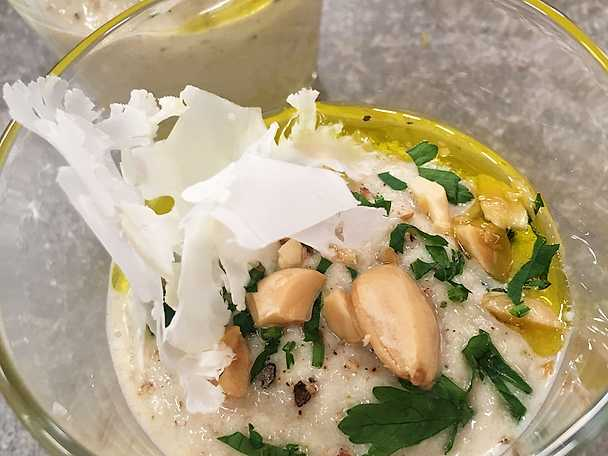 Krämig rostad blomkålssoppa med mandel och citrus
