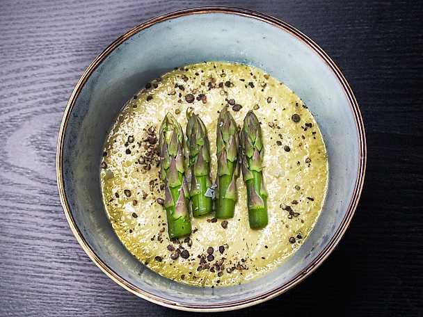 Krämig sparrissoppa med syrad grädde