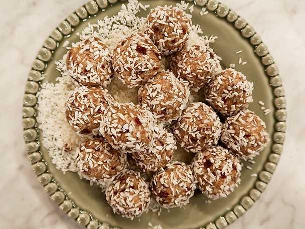 Krämiga havrebollar med dadlar och kokos