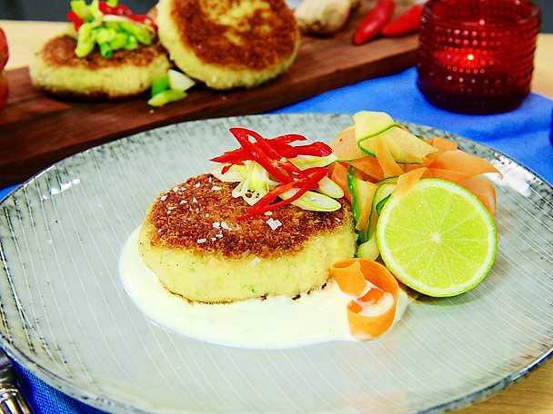 Krispiga thaifiskkakor med sallad och limedressing