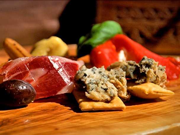 Kronärtskockshjärtan med rostade svartrötter, pata negra och parmesan