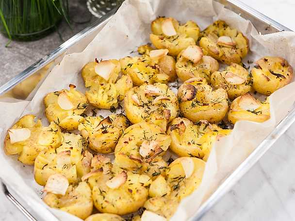 Krossad potatis med vitlök och timjan
