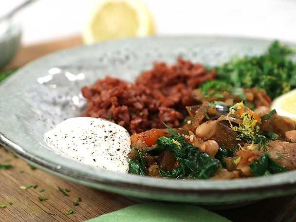 Kryddig auberginegryta med rött ris och örtigt citronhack