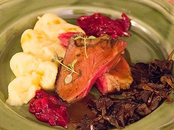 Kryddig biff med svamp, lingonchutney och madeirasky