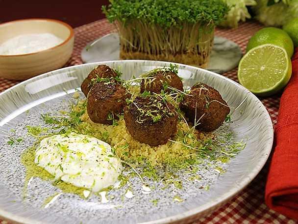 Kryddiga köttbullar med couscous och limeyoghurt