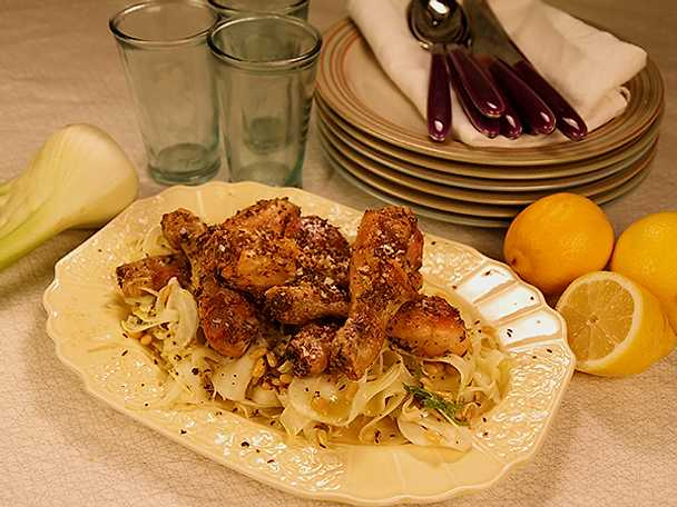Kryddiga kycklingklubbor med fänkålssallad