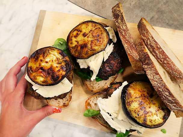 Kryddiga lammburgare med aubergine och fetaost