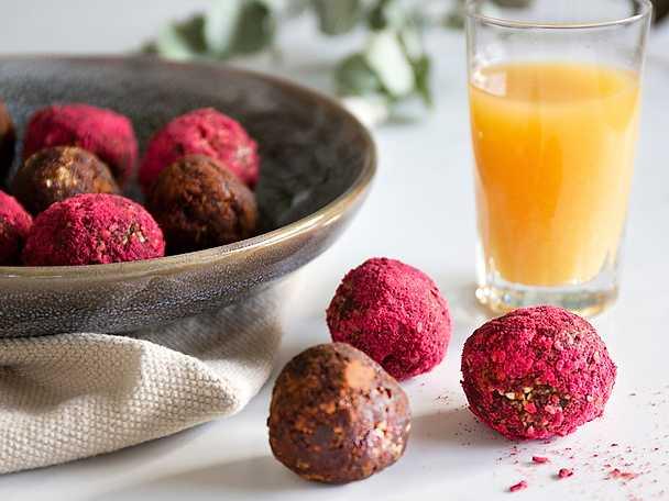 Kryddiga rawbollar med ingefärsdrink