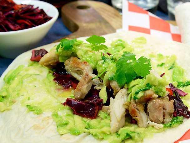 Kryddsotad kyckling i tortilla med avokadosalsa