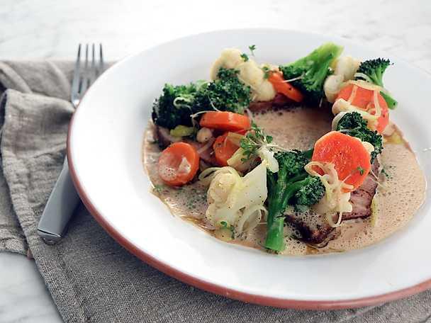 Kryddstekt fläskkarré med kokta grönsaker och gräddsås