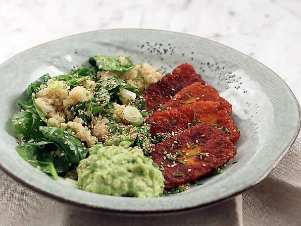 Kryddstekt halloumi med avokadoröra och quinoa