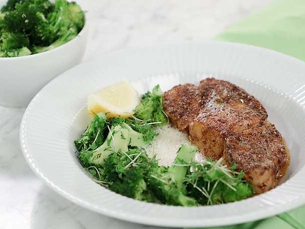 Kryddstekt torsk med marinerad broccoli och anjovissås