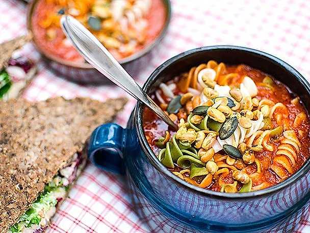 Kung Markatta Pastasoppa med tomat, tofu & grillad paprika