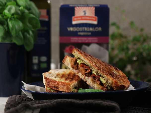 Kung Markatta Snabb sandwich med vegostrimlor, tomat och basilikapesto