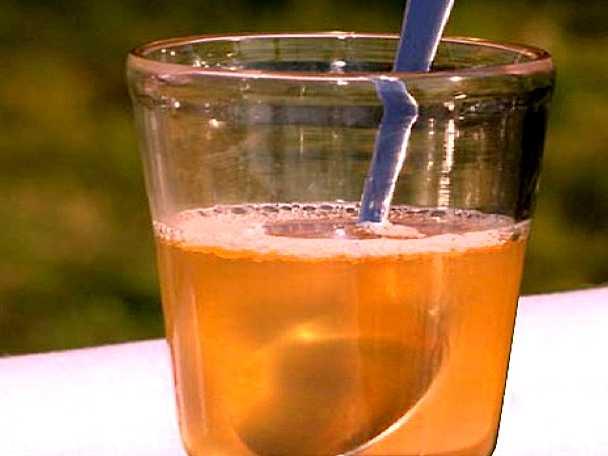 Kvällsdryck med smak av honung och citron