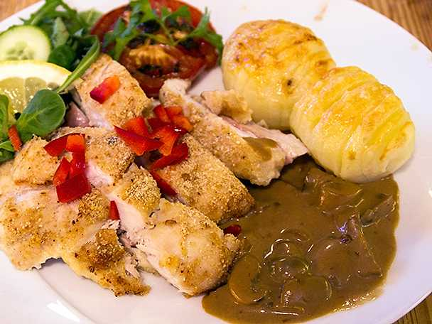 Kyckling Cordon Bleu med hasselbackspotatis och champinjonsås