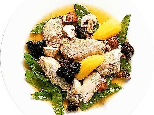 Kyckling i buljong med svamp och ärter