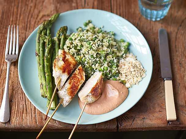 Kyckling på en pinne, ärt- och myntacouscous, halstrad sparris