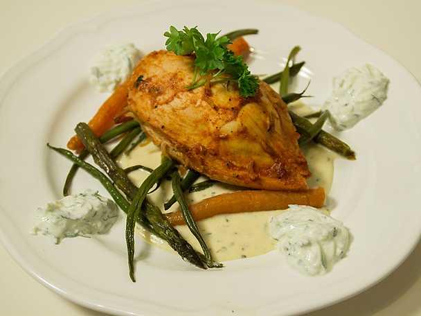 Kyckling surprise med marinerade grönsaker, serveras med varm och kall sås