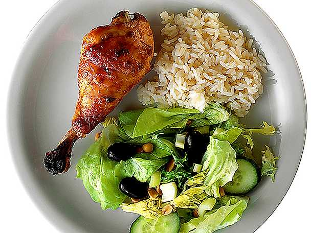 Kycklingben med kokt ris och olivsallad