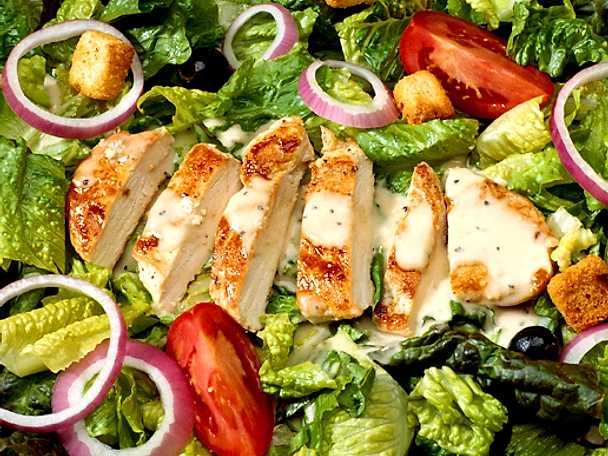 Kycklingfilé med krispig sallad och krutonger