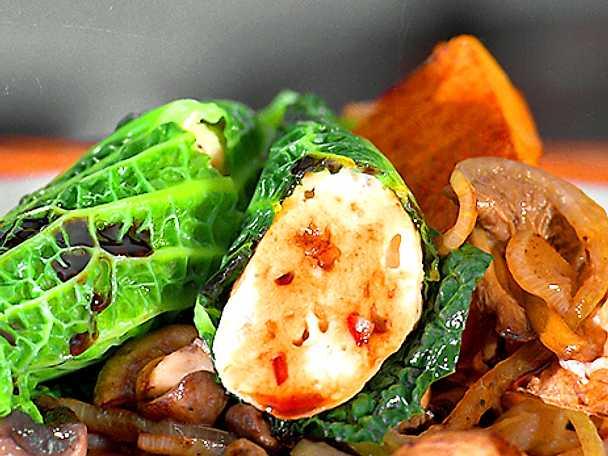 Kycklingfyllda savojkålspaket med svamp